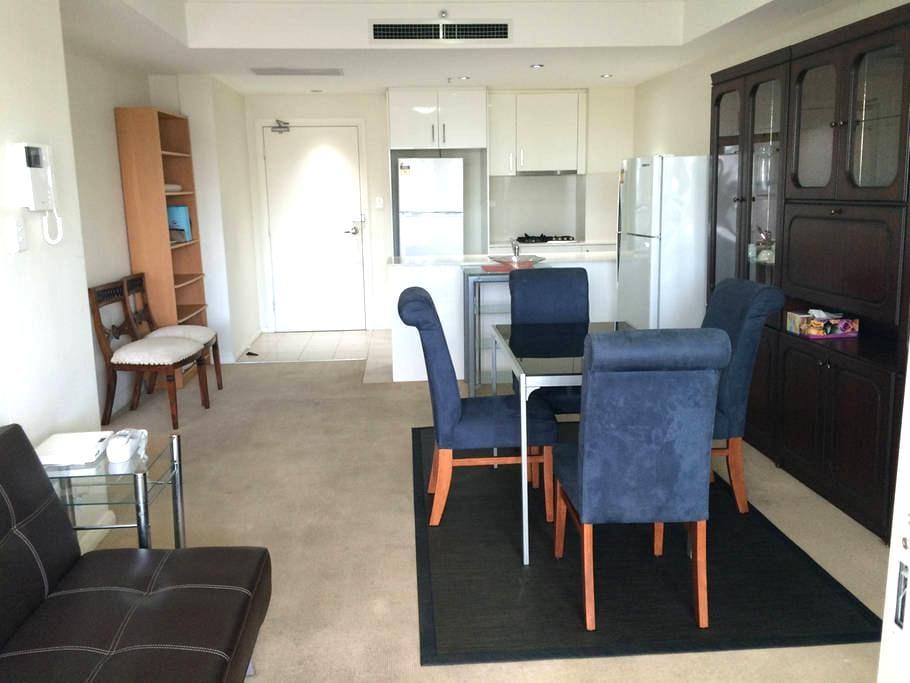 悉尼大型华人社区-Burwood (寶活市) -摩登保安大廈主人套房(Master Bedroom) - Burwood - Apartment