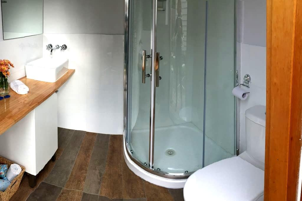 Private bungalow and bathroom - Кобург - Бунгало