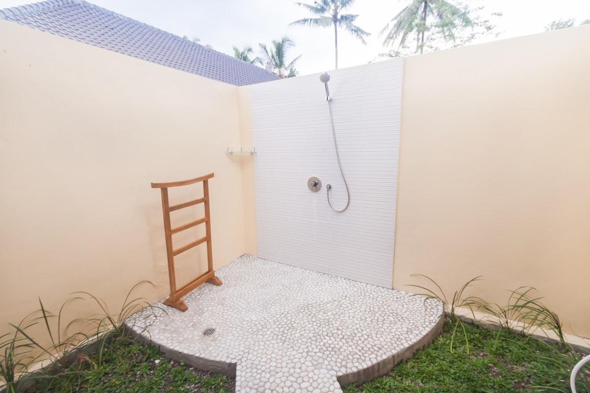 Spacious Outdoor ensuite bathroom.