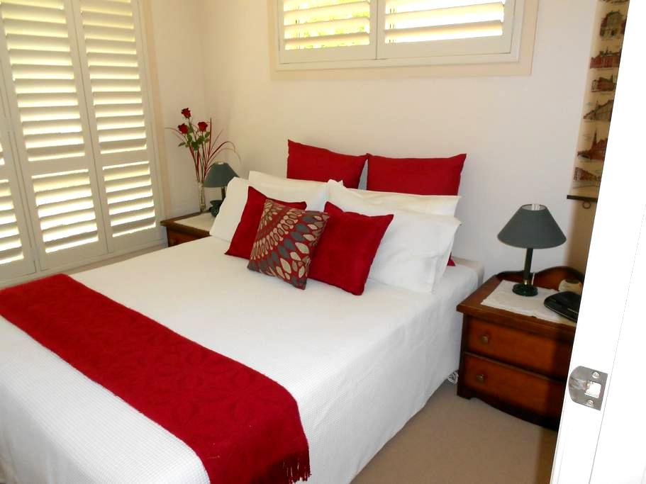 Bedroom Available for Holiday Maker - Boambee East - Casa