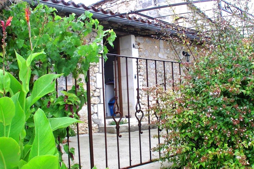 Meublé pour 2/3 personnes campagne - La Rochebeaucourt-et-Argentine - House