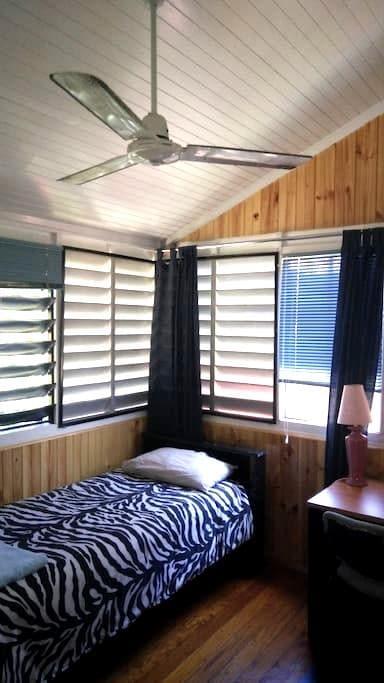 Majestic 3 Timber Queenslander - Parramatta Park - Hus
