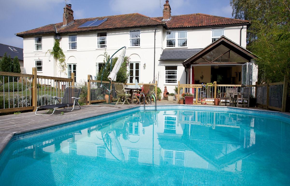 Roomy lodge with pool,garden ,woods