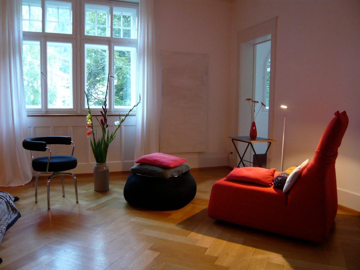 hell, geräumig, schön, mit blick zum garten/ lighty, huge room with view into the garden