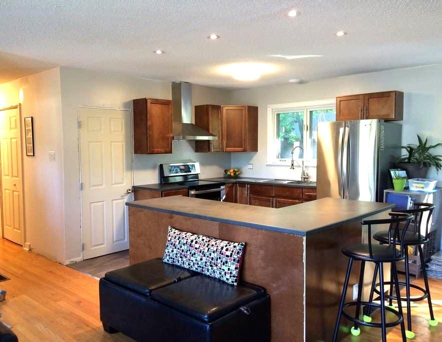 Upscale & modern perfect location - Fredericton - Casa