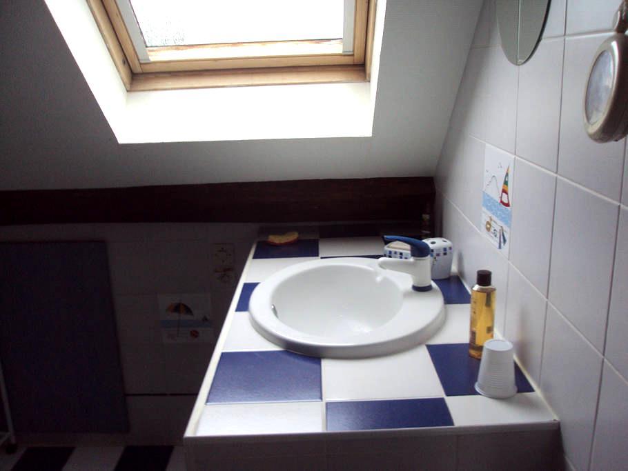chambre + salle d'eau à l'étage - Auneau