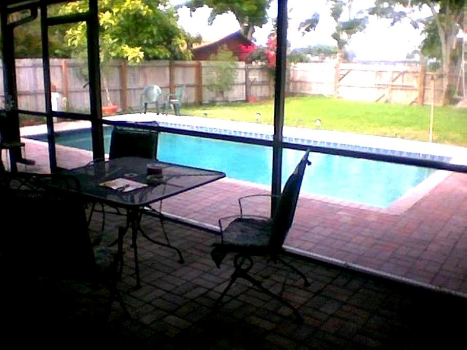 private poolside room w/pvt entrance/bath - Dania Beach - Rumah