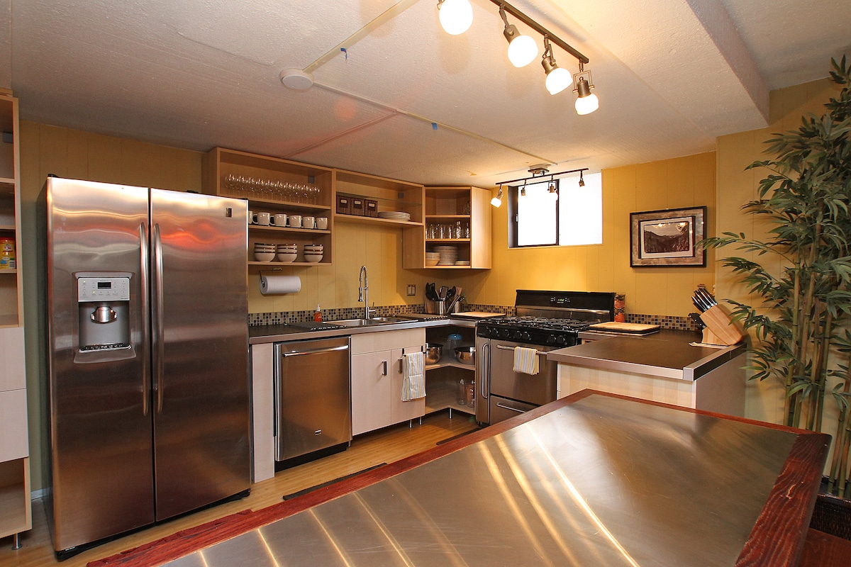 Elegantly Designed Kitchen. Fully equipped with high-end appliances.