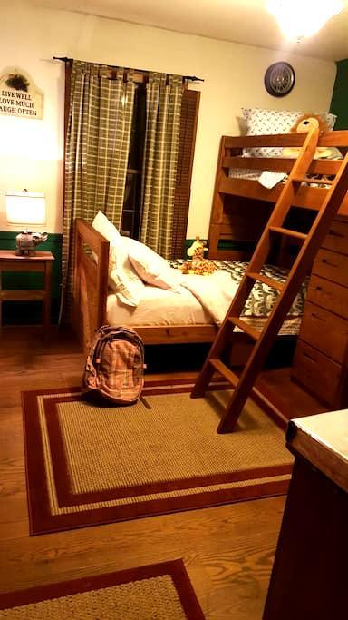 Farmhouse bunks - Chapel Hill - House