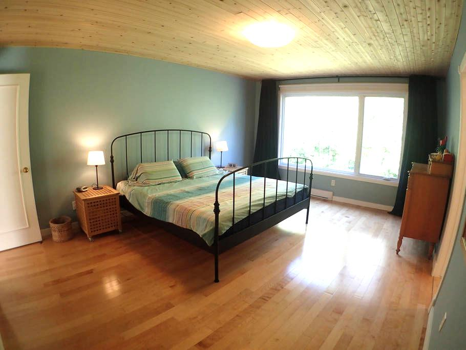 Spacious room overlooking park with luxury ensuite - Pointe-Claire - Дом