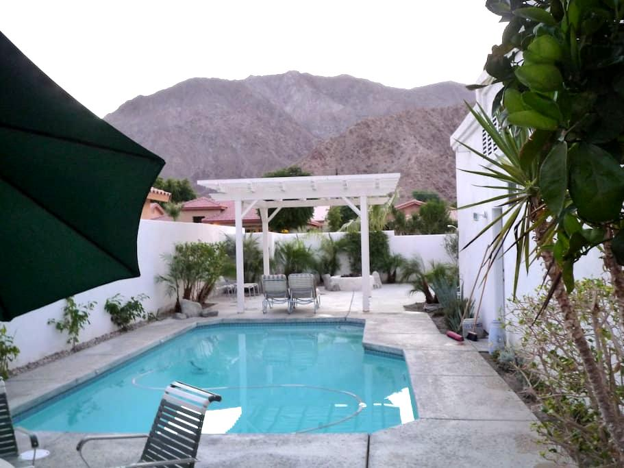 Charming home outdoor views. - La Quinta - Bed & Breakfast