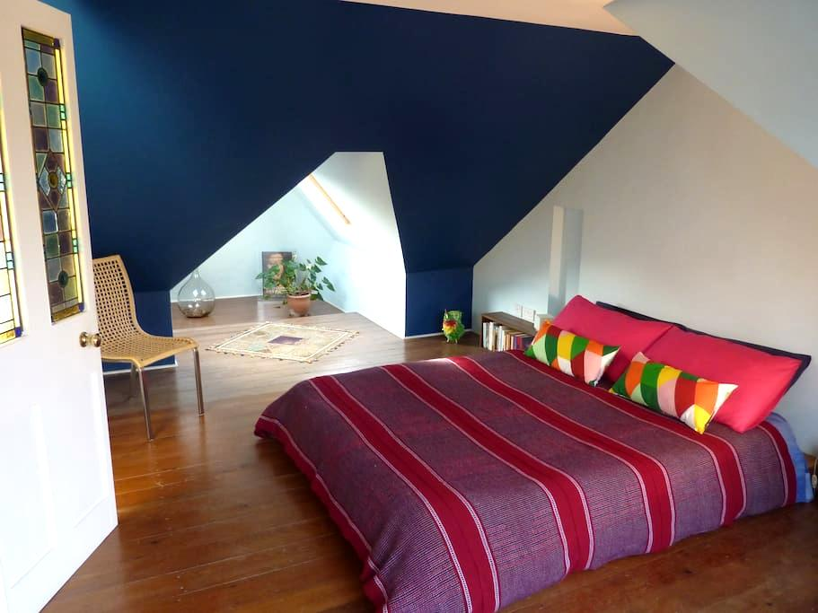 Bright quiet **ensuite** loft bedroom - London - House