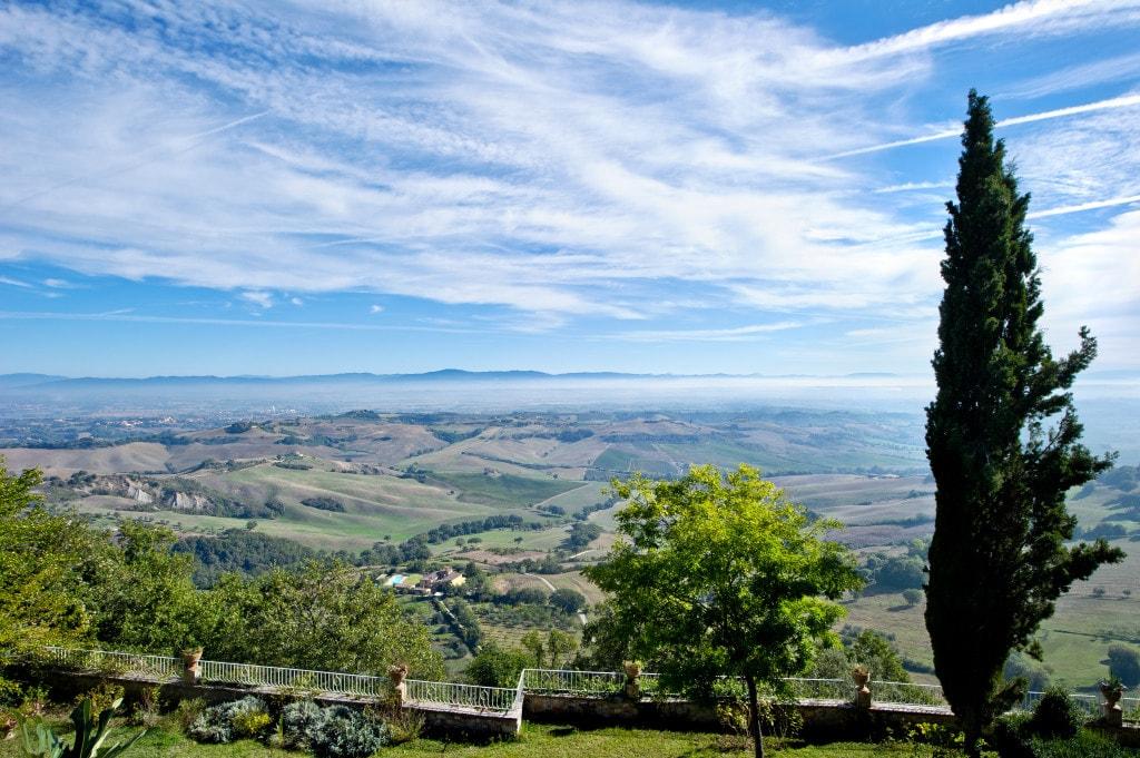 Vista sulla Val di Chiana dal giardino, fino alle Crete Senesi e Lago Trasimeno