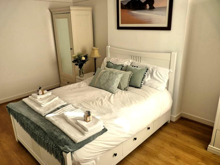 Upper Level Flat nearby GLW Airport - Paisley
