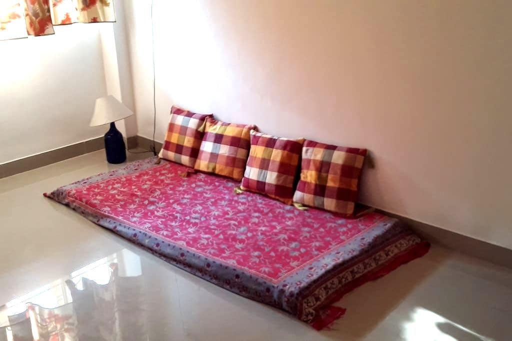 Couch in the living room in Miramar! - Panjim - Huoneisto