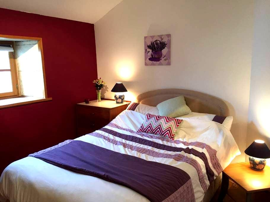 Lavender room in an old style house - Saint- Fraigne - Bed & Breakfast