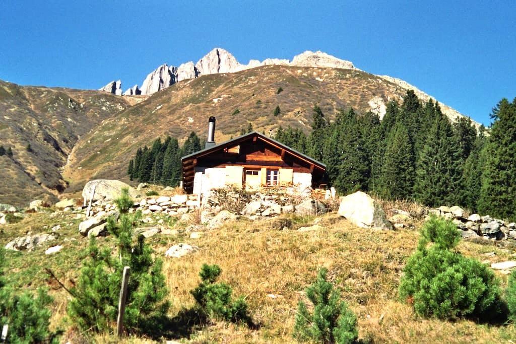 Hüttenfeeling auf dem Maiensäss - Rueras - スイス式シャレー