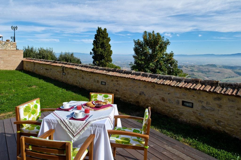 Ampio giardino con vista sulla Val di Chiana, fino alle Crete Senesi e Lago Trasimeno
