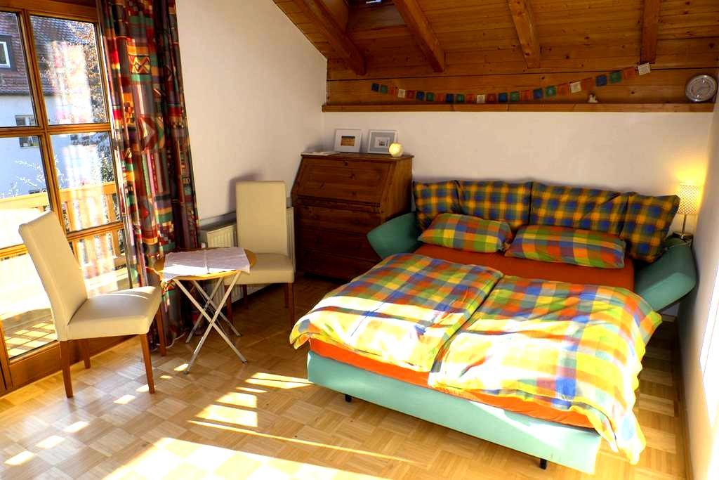 Schönes Zimmer mit Südbalkon und privatem Bad - München - Hus