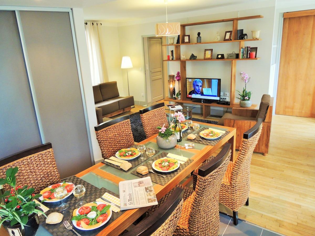 Espace salle à manger et vue du salon