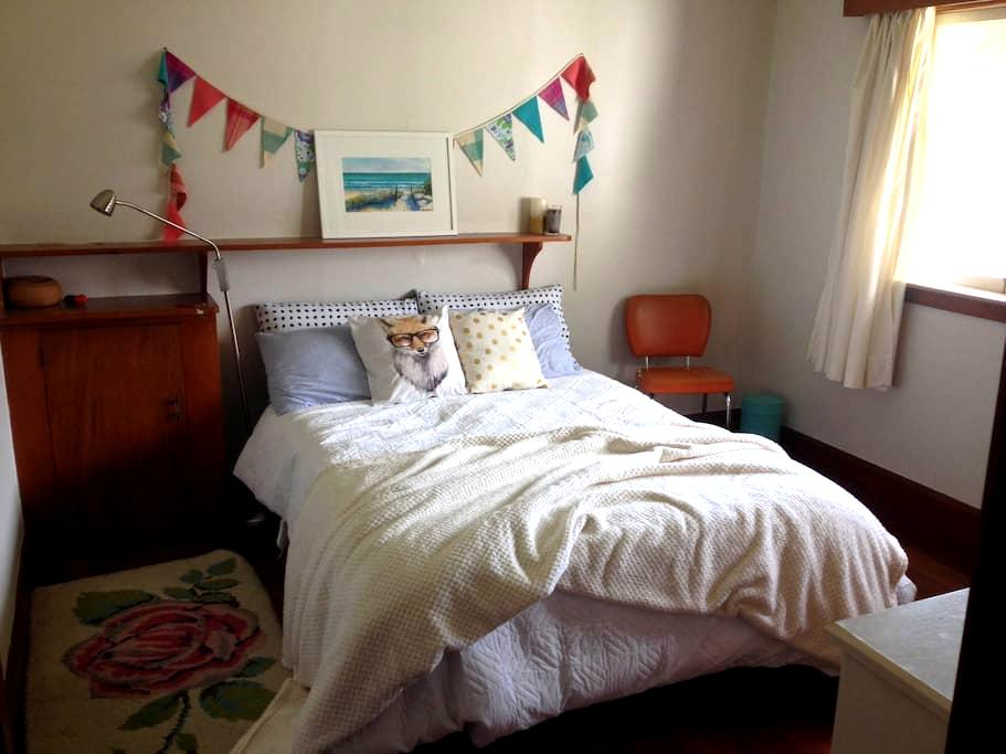 Sunny, comfy room close to town - Palmerston North - Huis