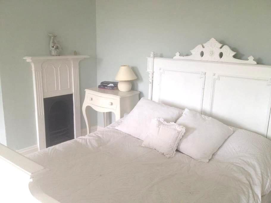 Fab rooms in charming family home  - Castle Cary - Penzion (B&B)