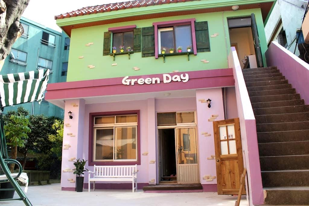 10mins from airport double deck bed - Jeju-si - Bed & Breakfast