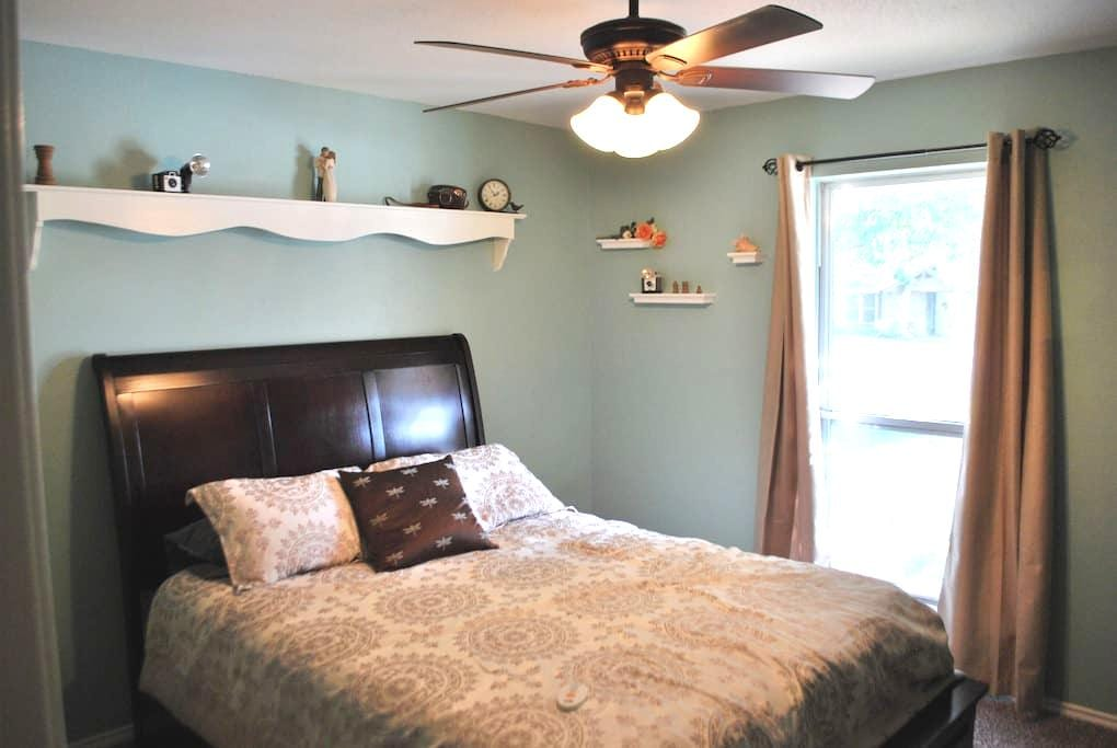 Cozy Private Bedroom in Cowtown - Fort Worth - Ház