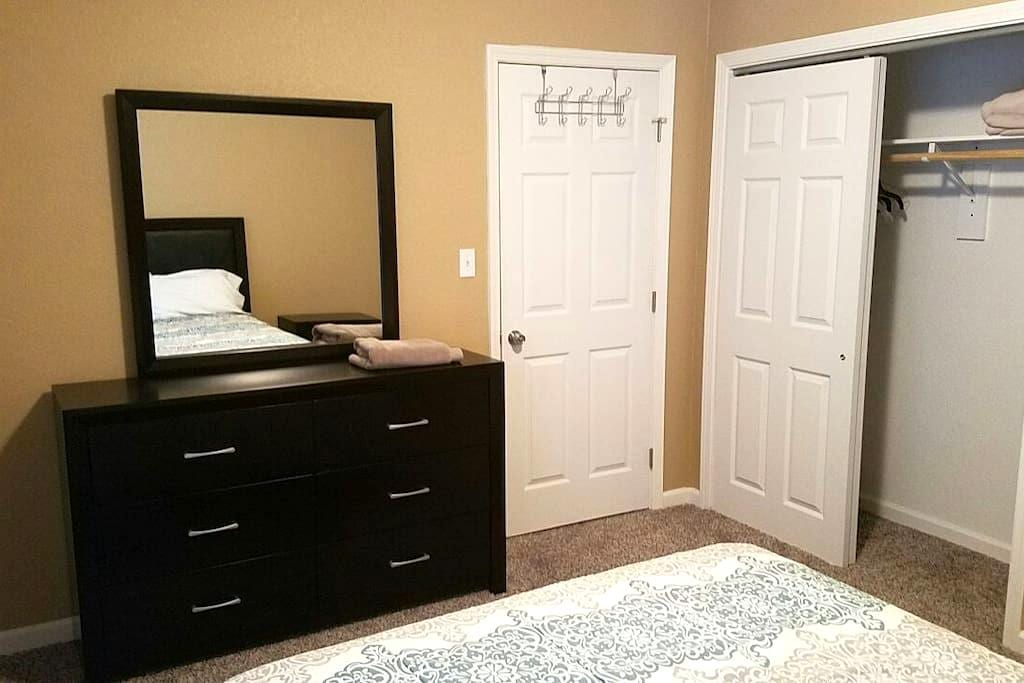 Full size bedroom set in spare+pool - Modesto - House