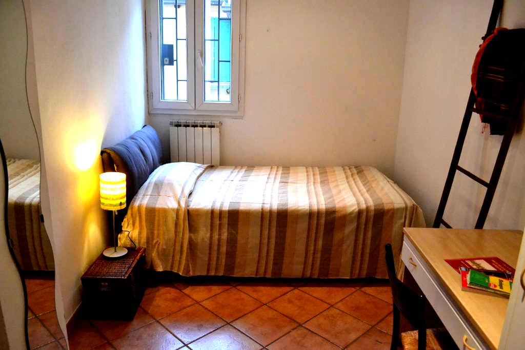 Green-Friendly Room in Old Town - Bologna - Apartment