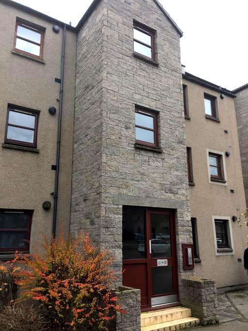 Spacious 2 bedroomed flat - Sleeps 4 - 55 Hutcheon - Aberdeen - Apartment