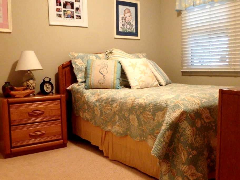 Comfortable Bedroom and Shared Bath - Torrance - Casa