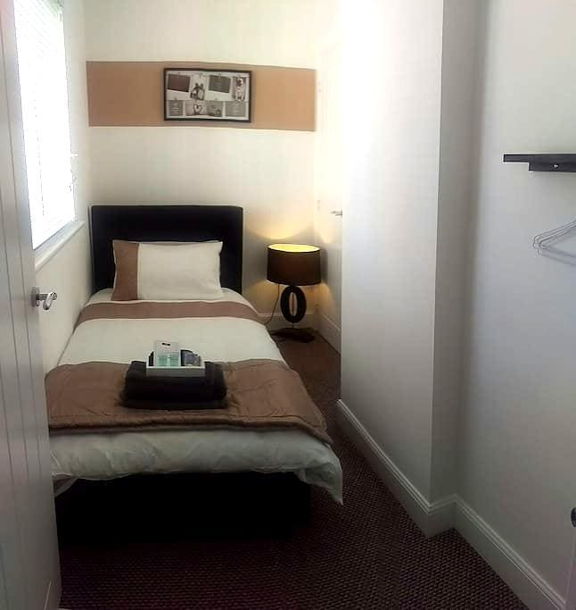 Comfy modern single room - Kirkliston - Hus
