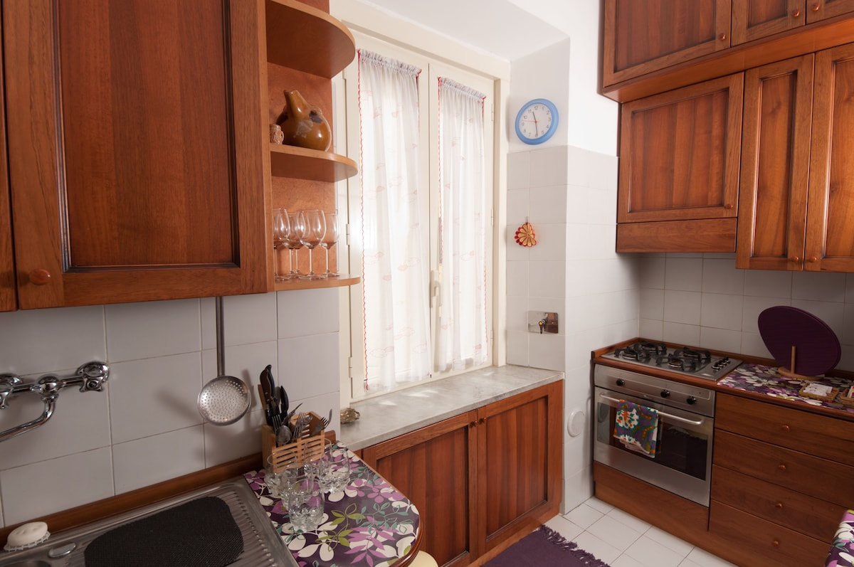 Fully furnished kitchen with oven, toaster, kettle, gas stove, fridge, freezer and all you need for cooking like the Italians...