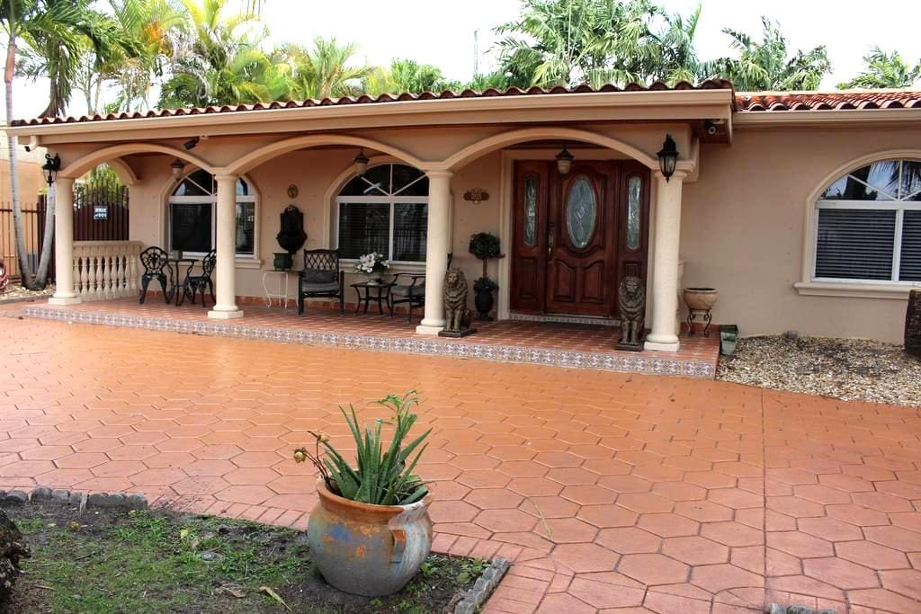 Private Room in Family Home with separate entrance - Miami