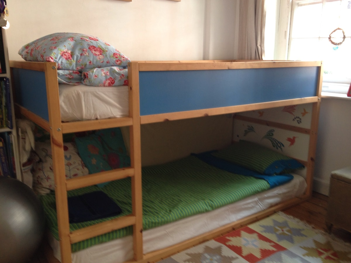 2 full size single beds for children/teenagers