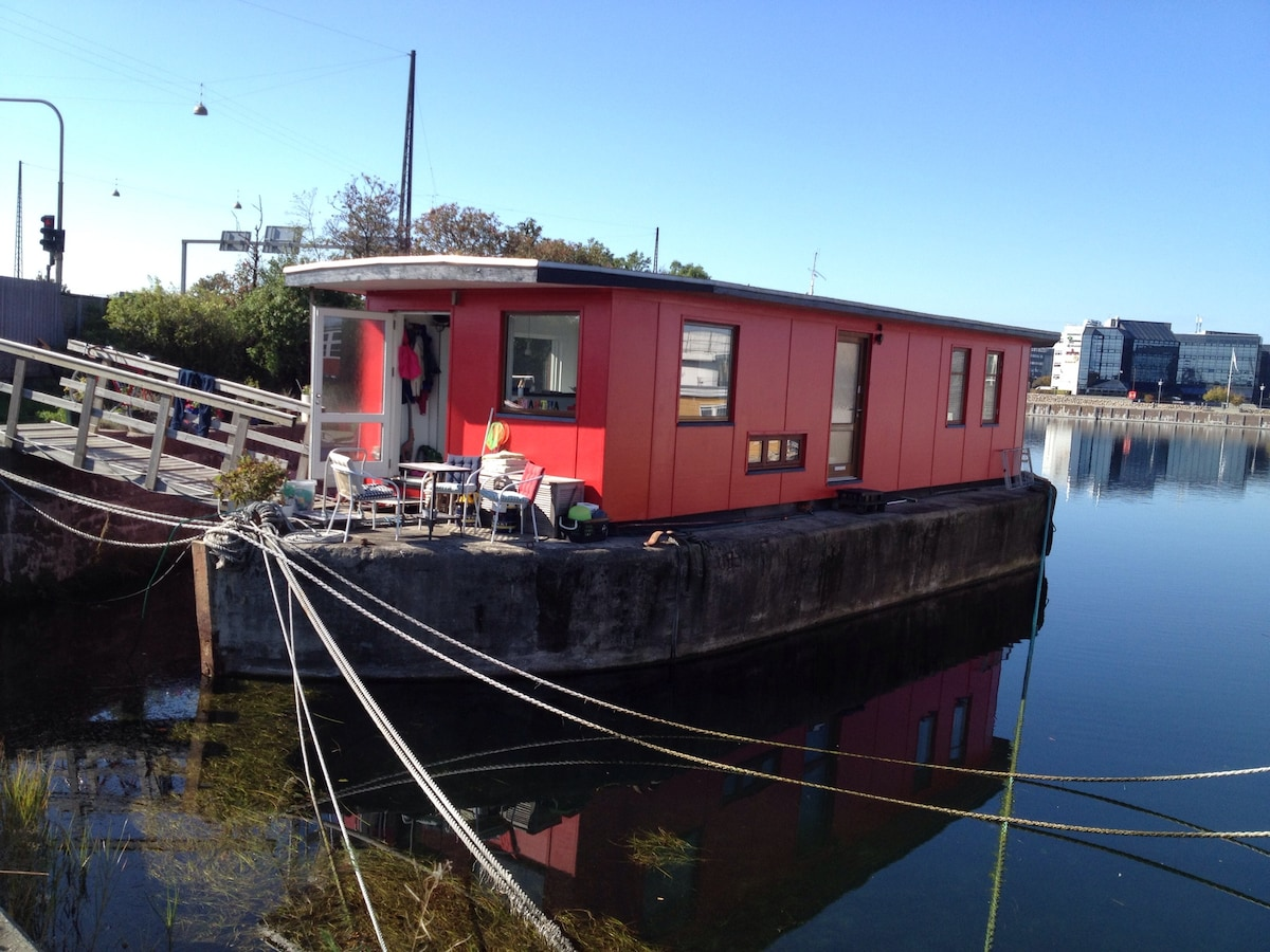 The cozy, red houseboat