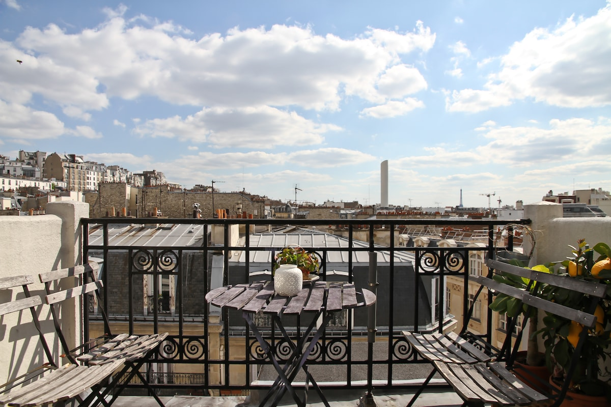 A stunning view upon Paris' rooftops, Montmartre and the Eiffel Tower  - Balcony 1