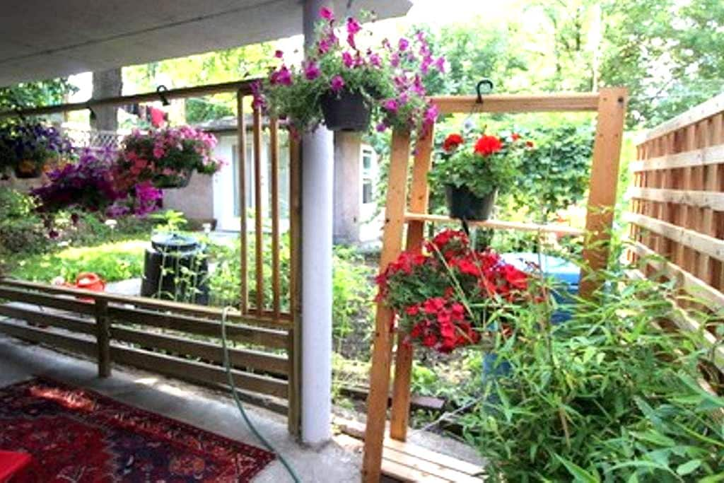 Kriszta's Lovely Little Hideaway - Vancouver - Bed & Breakfast