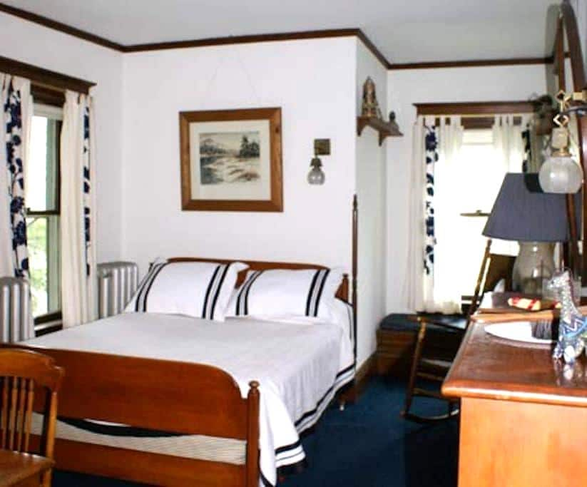 Navy Blue Room @ Fogarty's B and B - Saranac Lake - Bed & Breakfast