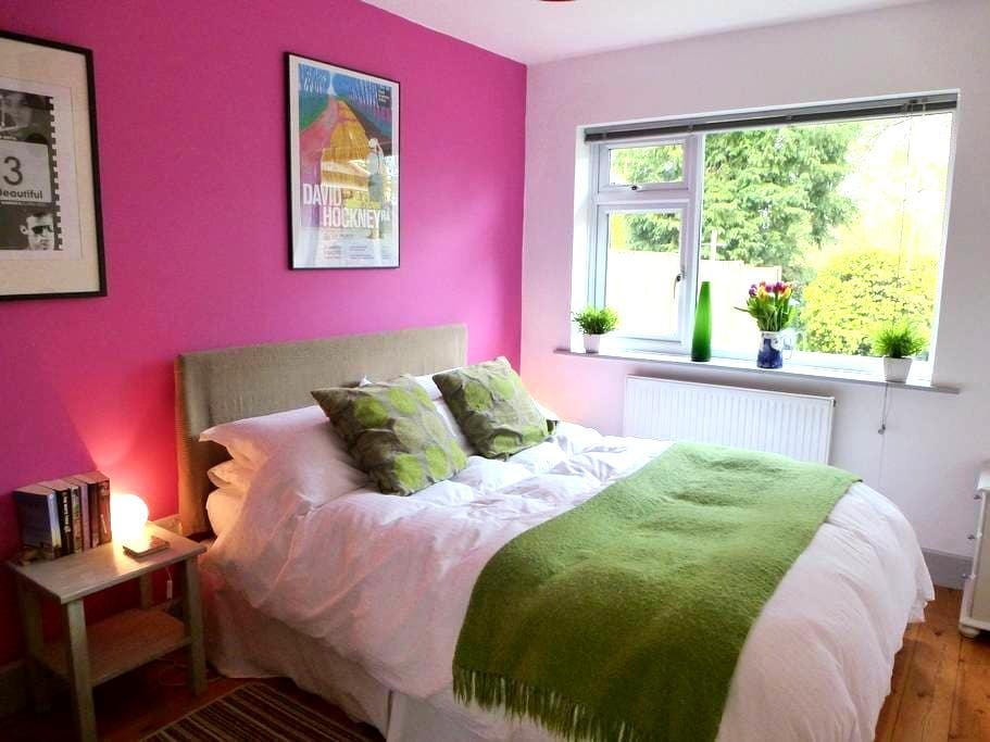 Lovely room in modern village house - Great Bedwyn - Hus