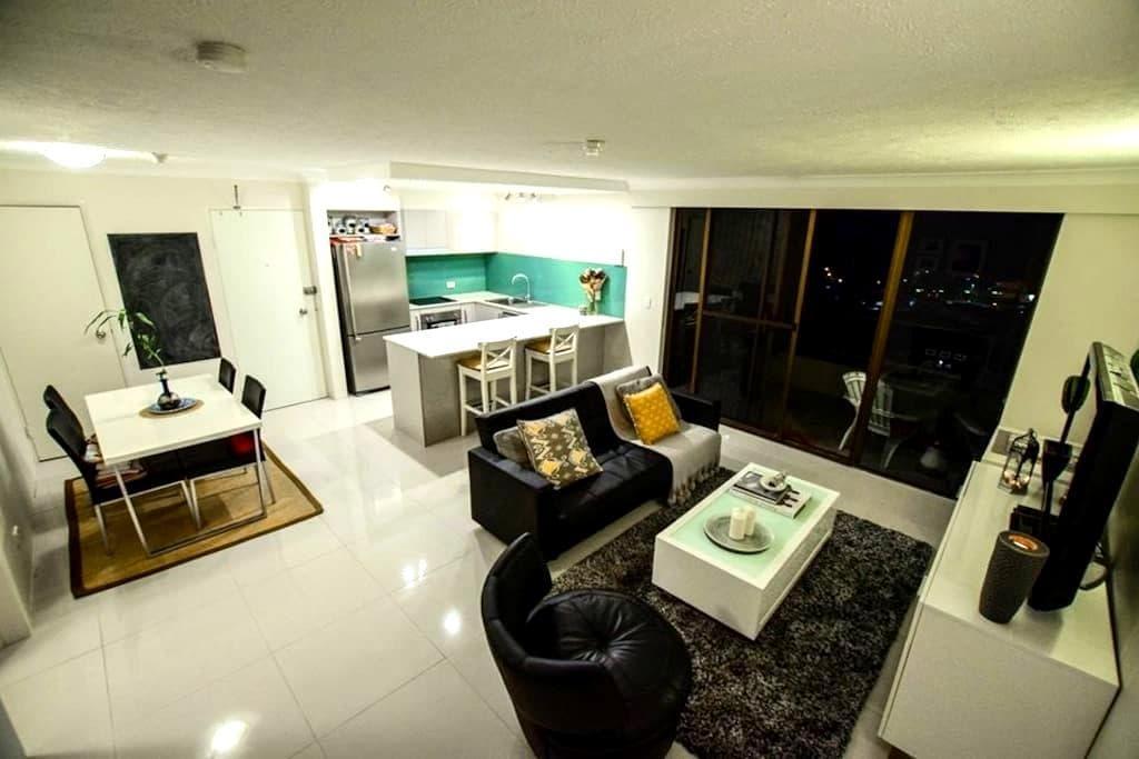 Modern apartment with Ocean views - Burleigh Heads