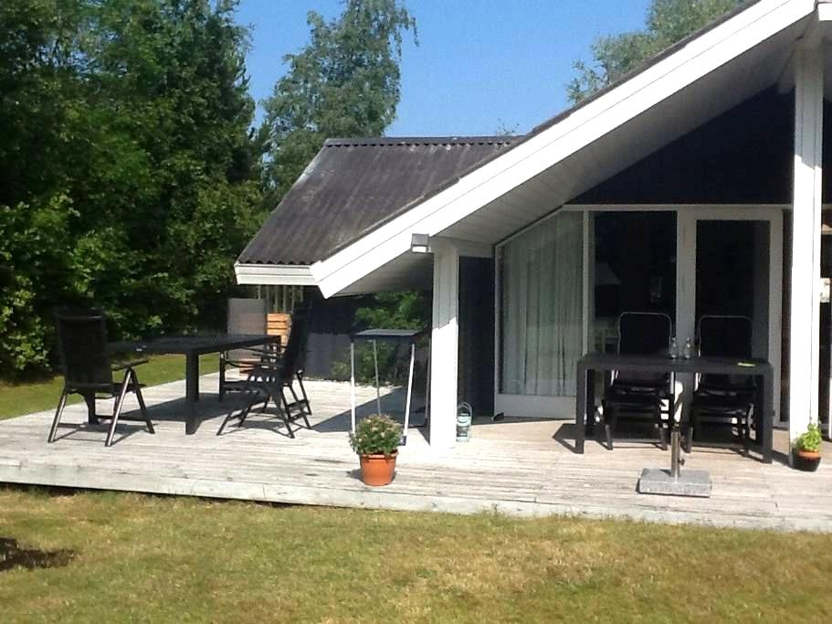 Great summer cottage near the beach - Højby - Ev