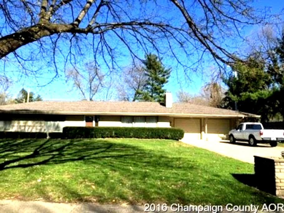 Lovely ranch home close to U of I. - Champaign - House