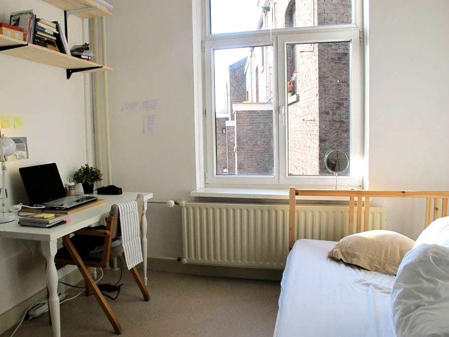 Small luminous room for travellers - Maastricht - Apartment