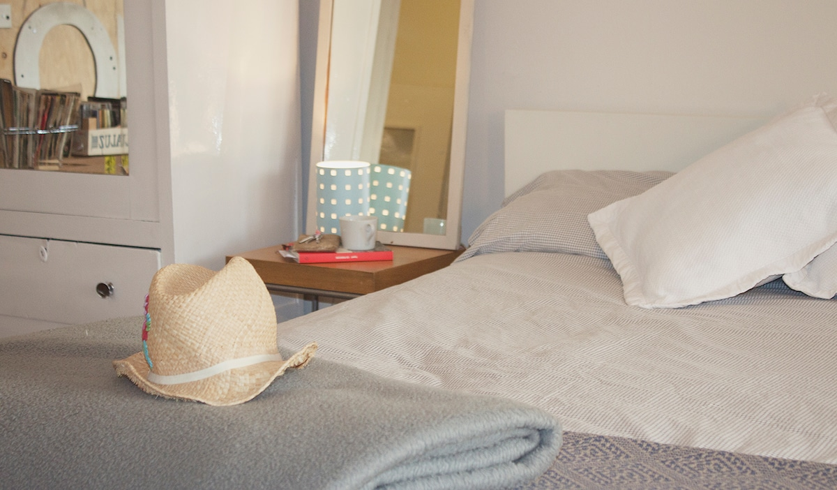 Double room, big window, 22m2 big bed (queen size), work zone, reading corner, wardrobe, wifi