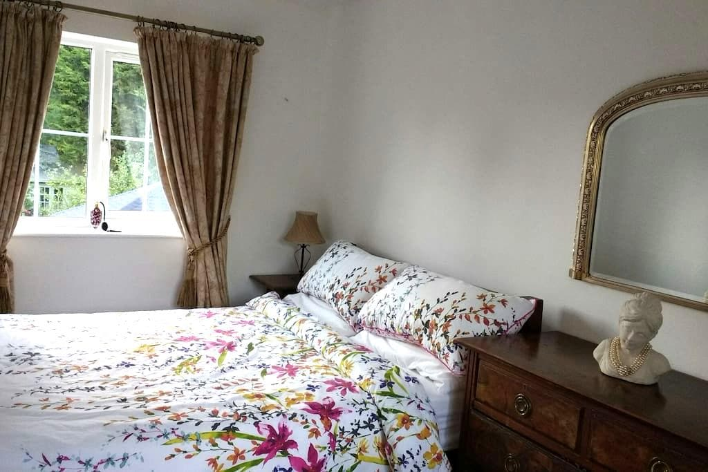 Double bedroom with garden view, - Hilton - Hus