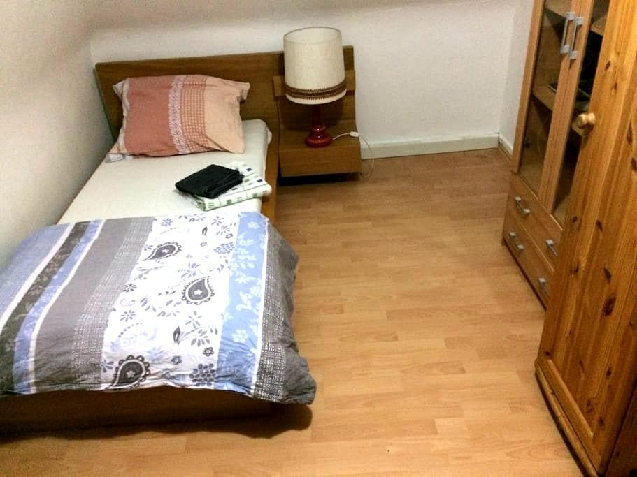 12m clean room, steps from metro, central - Stuttgart - Appartement