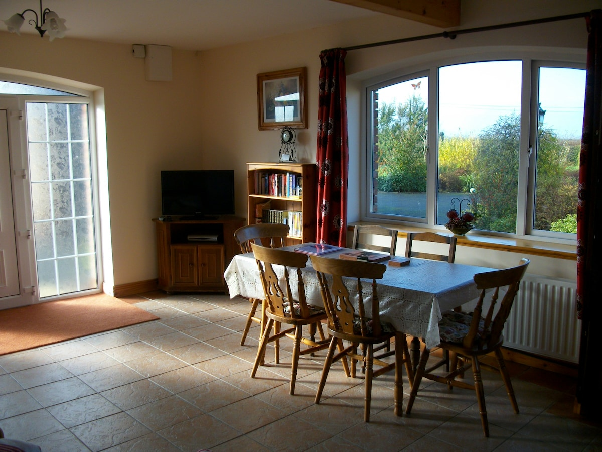 Kitchen Dining Seating Area  Photo 2