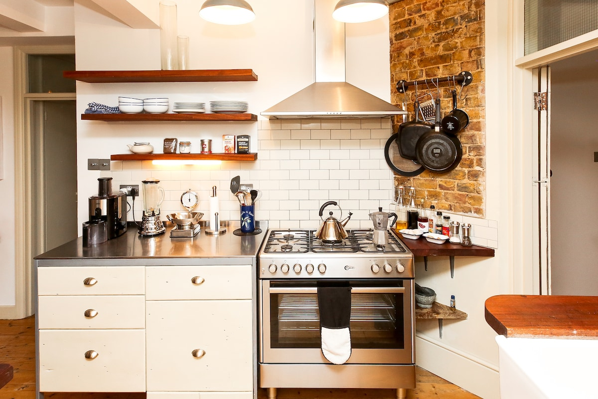 KITCHEN - FULLY EQUIPPED WITH LA CREUSET COOKERY.